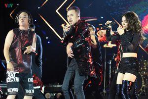Lộn Xộn Band 'cháy' hết mình với hơn 1000 khán giả ở 'Tự dưng show'