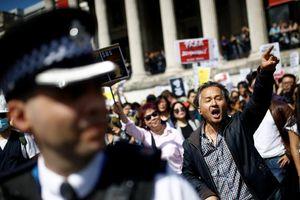 Người Anh xuống đường tuần hành bày tỏ quan điểm về Hong Kong