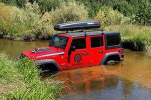 Bí ẩn chiếc SUV bị bỏ quên dưới suối