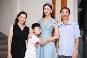 Hoa hậu Lương Thùy Linh khoe bố mẹ và em trai