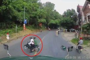 Bỏ chạy khi thấy CSGT, người đàn ông suýt mất mạng trước đầu xe tải