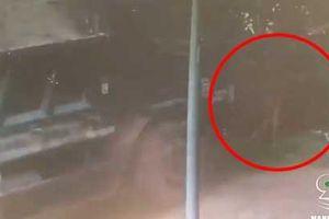 Clip: Nhờ 'thần linh' mách bảo, nam thanh niên phản xạ xuất thần thoát chết ngay trước đầu 'xe điên'