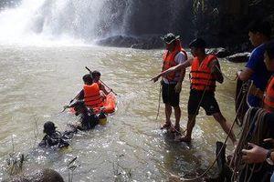 Nỗ lực tìm kiếm 3 thanh niên bị thác nước cuốn trôi