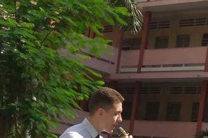 Sở hữu vẻ bề ngoài điển trai, thầy giáo 'soái tây' bất ngờ được nổi 'rần rần' khi xuất hiện tại trường THPT Thủ Đức