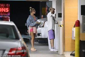 Justin Bieber điển trai xuống phố ăn trưa cùng bà xã 'chân dài' ở Mỹ