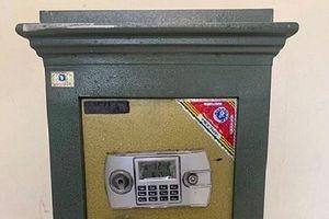 Chiếc két sắt vô chủ nằm bên vệ đường