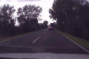 Hai xe tải đâm nhau thảm khốc ngay giữa đường Hungary