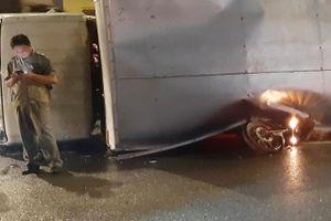 Ôtô tải lật đè xe máy ở Sài Gòn, một người thoát chết trong gang tấc