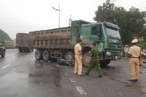 Nữ du khách nước ngoài cuốn vào gầm xe tải tử vong