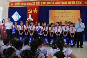 NXB Giáo dục tặng 20.000 SGK cho học sinh có hoàn cảnh khó khăn