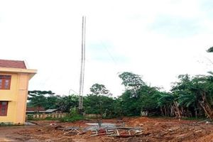 Quảng Bình: Gãy cột ăngten đài truyền thanh huyện, 2 người tử vong