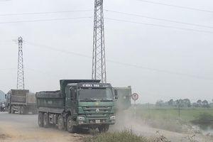 Kim Bảng (Hà Nam): Đê sông Đáy 'oằn mình' cõng xe quá tải