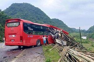 Hòa Bình: Đang đỗ bên đường, xe tải bị ô tô khách tông từ phía sau, 16 người thương vong