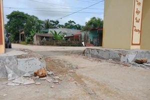 Nhóm người đập phá cổng làng tháo chạy, bỏ lại 2 ô tô