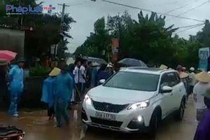 Nhóm côn đồ phá cổng làng bị người dân đánh trống vây người, giữ xe