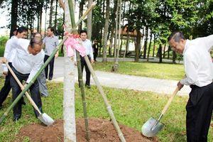 Phó Thủ tướng Thường trực Trương Hòa Bình trao tặng Quỹ khuyến học quê hương Bác Tôn
