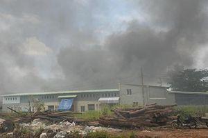 Cháy lớn tại nhà xưởng và cơ sở sản xuất hàng thời trang ở Sài Gòn, khói đen bốc cao hàng chục mét