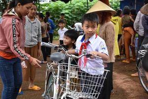 Tặng 50 xe đạp cho học sinh nghèo vùng biên giới Gia Lai trước năm học mới