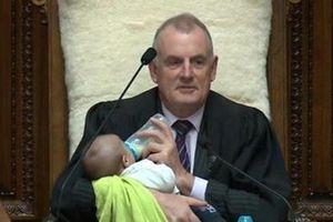 Chủ tịch Hạ viện New Zealand làm bảo mẫu bất đắc dĩ trong phiên họp