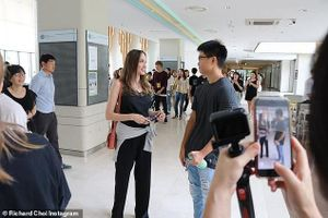 Angelina Jolie 'cố gắng không khóc' khi đưa Maddox sang Seoul nhập học