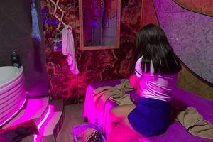 Đột kích cơ sở massage giá 5 triệu đồng có 5 nữ phục vụ, bắt quả tang nhân viên đang kích dục cho khách
