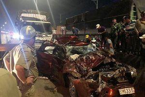 Xe tải tông ô tô dừng đèn đỏ, cả nhà thoát chết thần kỳ