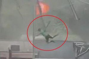 Bám vào mái che, người đàn ông bị gió thổi bay lên trời ở Mỹ