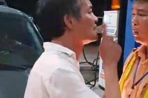 Tài xế say xỉn đi xe biển xanh tát, lăng mạ CSGT vì bị nhắc nhở tiểu bậy