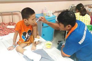 Xót xa hoàn cảnh ông bố Nghệ An mắc bệnh ung thư chăm sóc con trai bị u xương