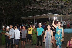 Trắng đêm tìm kiếm thi thể 4 tân sinh viên bị sóng cuốn mất tích ở Bình Thuận