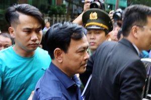 Bị tuyên án tù, xe chở bị cáo Nguyễn Hữu Linh vẫn được 'đặc cách' vào tận hầm tòa án đón