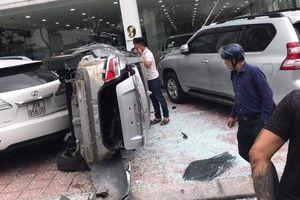 Nhân viên showroom bất ngờ lái ôtô lao từ tầng 2 xuống đất