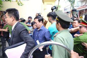 Xử kín vụ bé gái nghi bị dâm ô trong thang máy: Ông Nguyễn Hữu Linh bình tĩnh cùng luật sư đến tòa