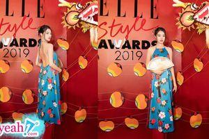 Jolie Nguyễn mặc áo yếm, khoe lưng trần nuột nà