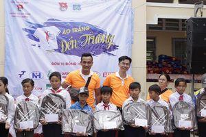 Mang 'Áo trắng đến trường' cho 600 học sinh nghèo Cù Lao Dung, Sóc Trăng