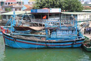 Tham gia dập lửa tàu cá, một cán bộ Biên phòng bị thương