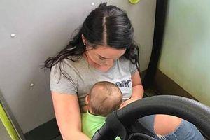 Bà mẹ cho con bú trên sàn tàu bẩn vì không hành khách nào chịu nhường ghế