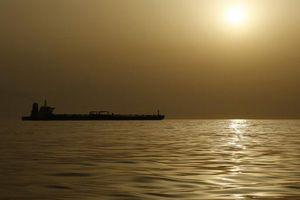 Căng thẳng Mỹ – Trung leo thang, nhà đầu tư bán mạnh dầu
