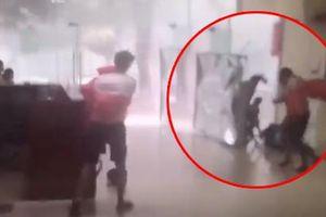 Clip: Cuồng phong bão ngay tại chung cư Linh Đàm, thanh niên bị gió thổi bay trong chớp mắt