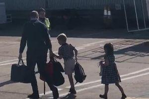 Gia đình công nương Kate đi máy bay giá rẻ khi Meghan bị chỉ trích 4 lần dùng chuyên cơ sang chảnh