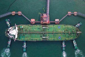 Mỹ - Trung liên tục tung đòn thuế 'ăn miếng trả miếng', giá dầu chạm đáy 2 tuần