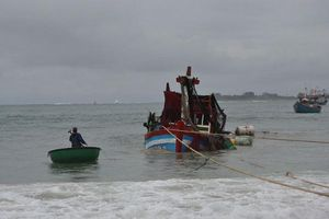 Quảng Ngãi: Tàu cá bị sét đánh, 8 ngư dân may mắn thoát chết