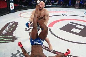 Bị quật ngã, võ sĩ bất ngờ đạp ngược hạ đối thủ
