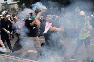 Người biểu tình Hong Kong tố cảnh sát dùng đạn hơi cay... hết hạn