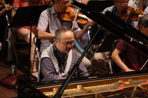 Hàng trăm sinh viên TP.HCM được thưởng thức tiếng đàn của NSND Đặng Thái Sơn