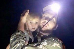 3 ngày đi lạc trong rừng và bị gấu nâu rình rập, bé gái 5 tuổi sống sót thần kỳ