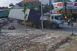 Bình Dương: Thùng xe container văng xuống đường khi ôm cua