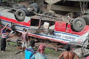 Tài xế xe bus 'bẻ lái' ở Bangladesh, nhiều người thương vong