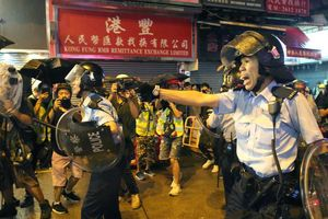 Cảnh sát Hồng Kông lý giải việc lần đầu tiên nổ súng và phun vòi rồng để ứng phó với biểu tình