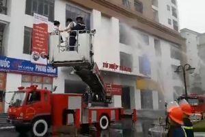 Hà Nội: 'Cháy' hầm để xe chung cư Tứ Hiệp Plaza, cảnh sát cứu nhiều người mắc kẹt